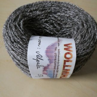 100 % Alpakawolle mit silbernem Akzent